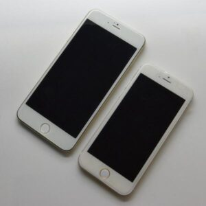 Latest iPhone 6 Leak showing the 4.7 inch version alongside the 5.5 inch version.